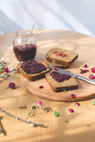 Свежий испеченный домодельный здоровый хлеб с вареньем blackcurrant Стоковые Фото
