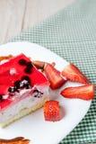 Свежий испеченный торт с отбензиниванием студня клубники Стоковые Изображения