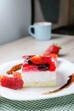 Свежий испеченный торт с отбензиниванием студня клубники Стоковое фото RF