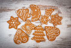 Свежий испеченный украшенный пряник на старой деревянной предпосылке, времени рождества Стоковые Фото