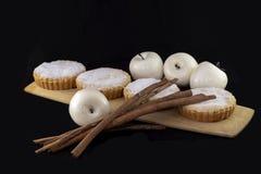 Свежий испеченный яблочный пирог украшенный с ручками циннамона стоковое изображение