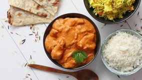 Свежий и вкусный цыпленок масла служил в керамическом шаре Индийское традиционное блюдо видеоматериал