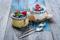 Свежий и здоровый естественный югурт с ягодами на деревянном столе Стоковая Фотография RF