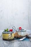 Свежий и здоровый естественный югурт с ягодами на деревянном столе Стоковые Фотографии RF