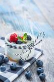 Свежий и здоровый естественный югурт с ягодами на деревянном столе Стоковые Изображения RF