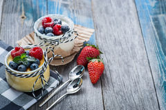 Свежий и здоровый естественный югурт с ягодами на деревянном столе Стоковые Фото