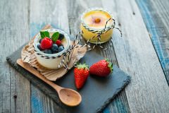 Свежий и здоровый естественный югурт с ягодами на деревянном столе Стоковое Изображение