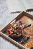 Свежий и очень вкусный вкусный здоровый салат в стеклянном шаре на керамическом подносе стиля Провансали на кровати стоковые изображения rf