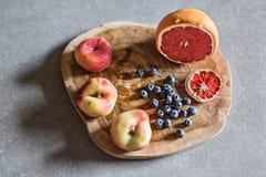 Свежий и сочный плодоовощ на деревянной доске Стоковое Фото
