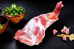 Свежий и сырое мясо Нога овечки сырая, готовая для того чтобы зажарить и барбекю Стоковое фото RF