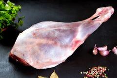 Свежий и сырое мясо Нога овечки сырая, готовая для того чтобы зажарить и барбекю Стоковые Изображения