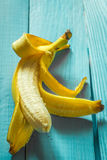 свежий и тухлый банан на деревянной предпосылке Стоковое Изображение RF