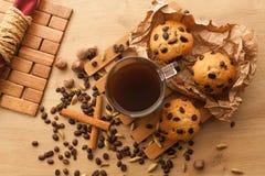 Свежий, как раз испеченный пирожное с семенами шоколада, циннамона и кофе установите с чашкой темного кофе Стоковое Изображение RF