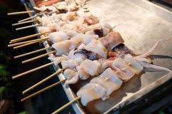 Свежий кальмар для барбекю зажаренного на протыкальнике Стоковые Фотографии RF