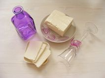 Свежий козий сыр, сыр Adygei на белой деревянной предпосылке, Стоковые Изображения RF