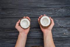 Свежий кокос в женских руках Стоковые Изображения RF