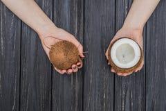 Свежий кокос в женских руках Стоковая Фотография RF