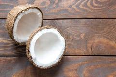 Свежий кокос сломанный в 2 части на взгляд сверху деревянного стола с местом для надписи стоковые фото