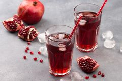 Свежий красный лимонад с гранатовым деревом и льдом в стекле Стоковые Фотографии RF
