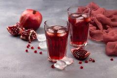 Свежий красный лимонад с гранатовым деревом и льдом в стекле Стоковые Изображения RF