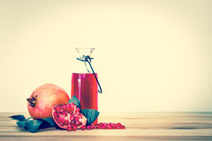 свежий красный сок гранатового дерева с семенем и плодоовощ гранатового дерева с Стоковые Изображения