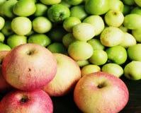 свежий красный цвет яблока в рынке Стоковая Фотография RF