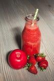 Свежий красный smoothie с яблоком и клубникой в бутылке Стоковая Фотография