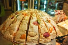 Свежий красочный десерт - традиционная нуга в малом магазине в Fra стоковое фото rf