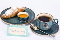 Свежий круассан с чашкой горячих кофе и меда для завтрака Стоковая Фотография RF