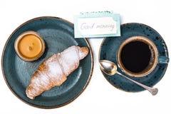 Свежий круассан с чашкой горячих кофе и меда для завтрака Стоковые Фотографии RF