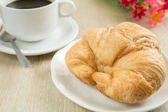 Свежий круассан с чашкой черного кофе стоковая фотография rf