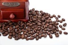 Свежий крупный план точильщика кофейного зерна и кофейного зерна Стоковые Фото