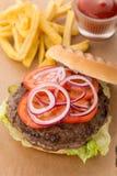 Свежий классический сандвич гамбургера с фраями француза и кетчуп sauce Стоковое Изображение