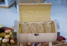 Свежий мед в загерметизированной рамке гребня Стоковое Изображение