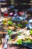 Свежий обедающий салата и мяса в внешнем кафе стоковые изображения