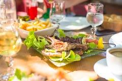 Свежий обедающий салата и мяса в внешнем кафе стоковое фото
