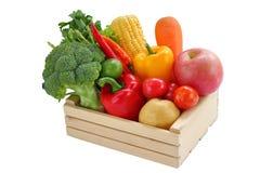 Свежий овощ смешанный в древесине коробки стоковое фото rf