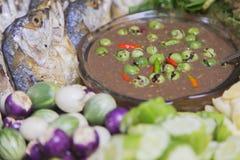 Свежий овощ с зажаренной или зажаренной скумбрией Стоковая Фотография RF