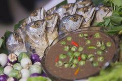 Свежий овощ с зажаренной или зажаренной скумбрией Стоковые Фото
