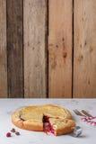 Свежий домодельный пирог вишни на белой предпосылке Сочная часть пирога вишни Стоковое фото RF