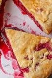 Свежий домодельный пирог вишни на белой предпосылке Сочная часть пирога вишни Стоковая Фотография RF