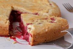 Свежий домодельный пирог вишни на белой предпосылке Сочная часть пирога вишни Стоковая Фотография