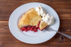 Свежий домодельный пирог с пульпой и мороженым вишни на плите Кусок пирога вишни с румяной коркой на деревянном столе Стоковое Изображение RF