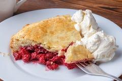Свежий домодельный пирог с пульпой и мороженым вишни на плите Кусок пирога вишни с румяной коркой на деревянном столе Стоковое Изображение