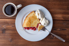 Свежий домодельный пирог с пульпой и мороженым вишни на плите Кусок пирога вишни с румяной коркой на деревянном столе Вишня Стоковые Фото