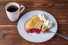 Свежий домодельный пирог с пульпой и мороженым вишни на плите Кусок пирога вишни с румяной коркой на деревянном столе Вишня Стоковое Изображение RF