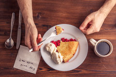 Свежий домодельный пирог с пульпой и мороженым вишни на плите Кусок пирога вишни с румяной коркой на деревянном столе Вишня Стоковое фото RF
