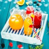 Свежий домодельный сок апельсина и ягоды Стоковые Фотографии RF