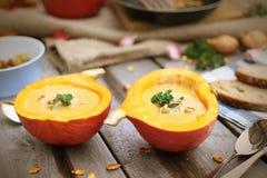 Свежий домодельный суп тыквы служил в раковине тыквы Стоковая Фотография