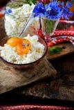 Свежий домодельный сыр с вареньем абрикоса стоковая фотография rf
